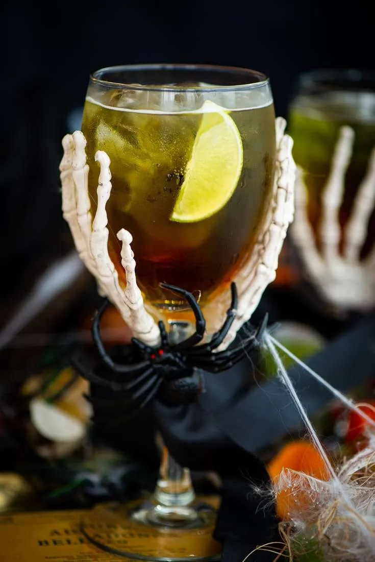 Halloween drink Green Widow serveret I Halloween glas med edderkop