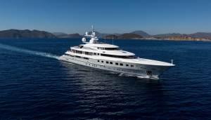 Yacht en pleine mer