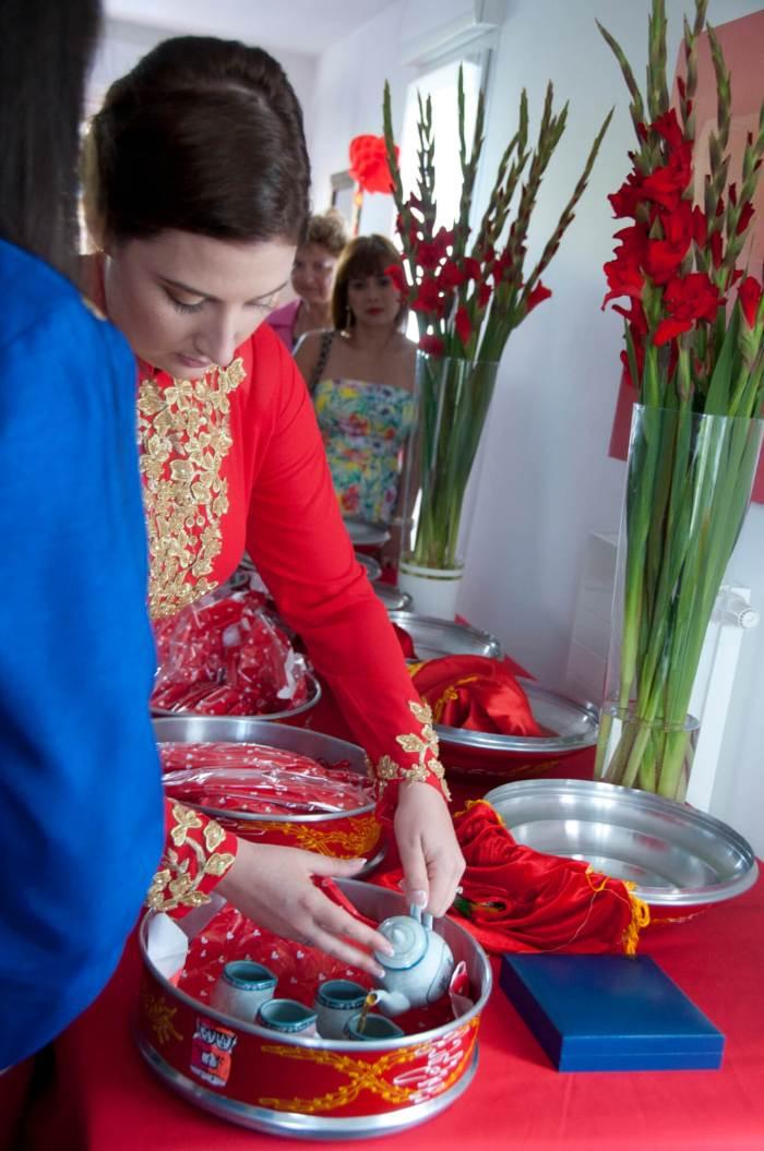 Cérémonie du thé - Les mariés servent le thé