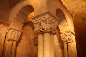 Detalle del capitel exterior del baldaquino izquierdo de la Iglesia del Monasterio de San Juan de Duero, Soria.