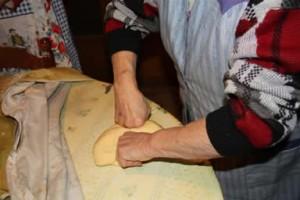 travailler la pâte à oreillettes