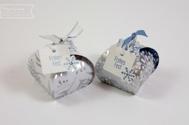 Weihnachtliche Verpackung aus Papier in Weiss und Silber