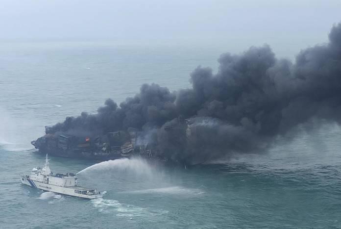 Sørgelig video: Nu brænder containerskib helt op