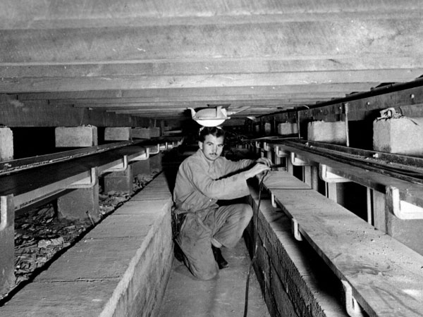 Laying cable in ducts under the floor of the transmitter hall at Himatangi Radio
