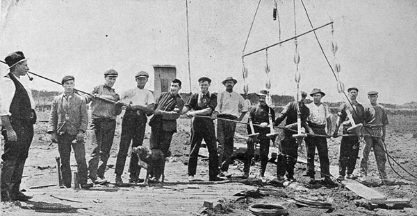The high-power wireless station at Kaitaia: hoisting one of the six sections of the aerial to the top of the mast, which is 400 feet high