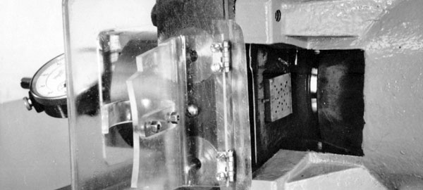 Vacuum chuck and diamond blade of grinding machine