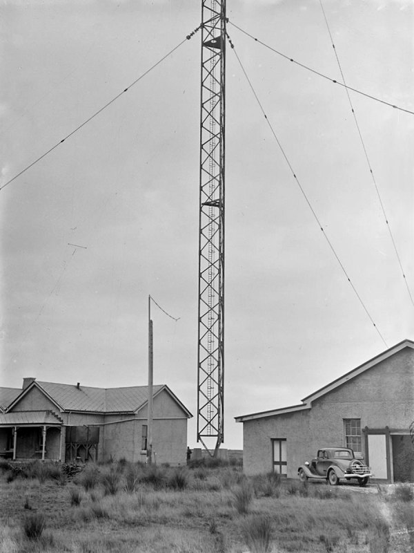ZLB operating building (left), engine house, and 400' mast, pictured in 1935
