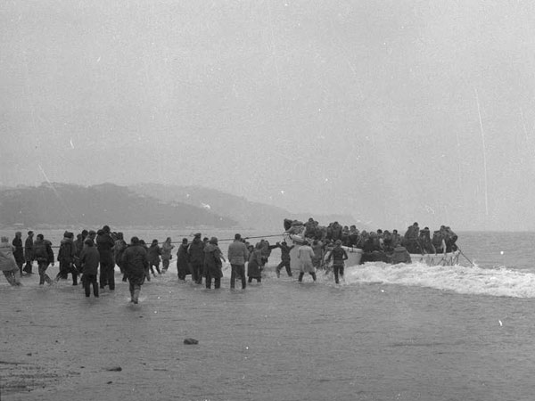 A lifeboat from Wahine lands on Seatoun beach, 10 Apr 1968
