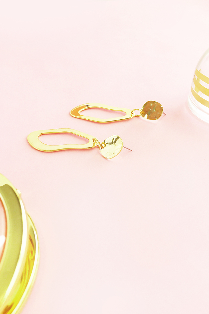 Easy DIY Gold Abstract Earrings - Maritza Lisa: a quick way to make your own gifts, click through for the tutorial on these modern earrings!