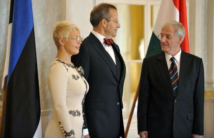 Президент Венгрии принимает президента Эстонии с женой