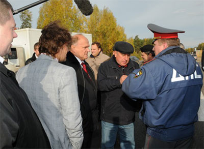 ДПС проверяет колонну коммунистов. Фото: kprf.ru