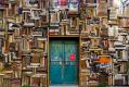 buku di atas pintu