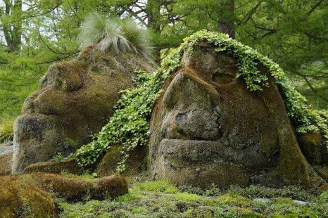 Photo de deux têtes de pierre