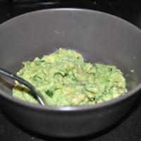 Pesto met avocado en kofte-balletjes met linzen