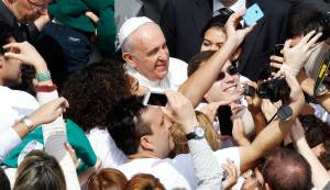 pope takes a selfie