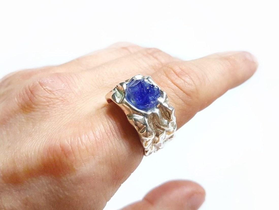 перстень серебряный с сапфиром на указательном пальце
