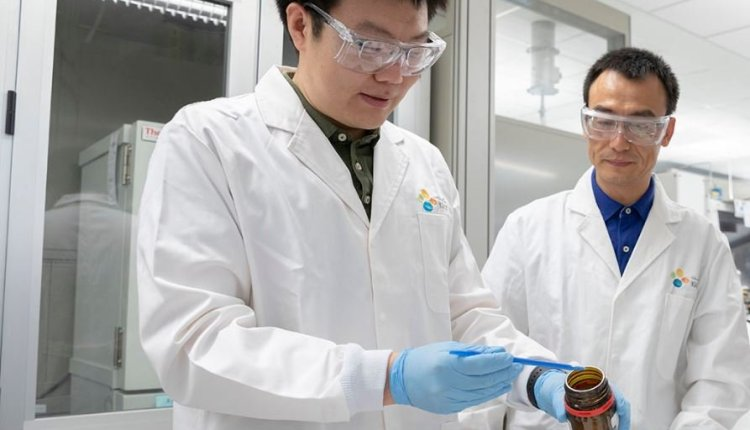Li and Wang in the lab – getting drinking water from air article