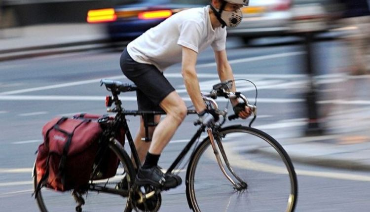 Cyclist wearing mask – air pollution