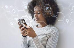 mujer en el ambiente digital