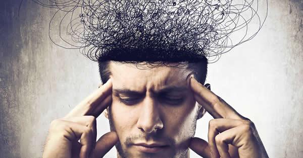 Homem com as mãos na testa para ilustrar o que é biohacking.