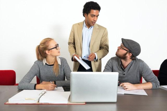 business people asking questions shutterstock - İnsanları Kırmadan Değiştirmenin 3 Yolu