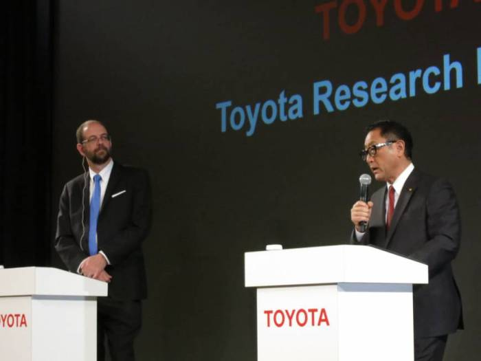 Akio Toyoda introduces Dr. Gill Pratt to the press.