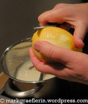 Zitronenschale dünn abschneiden
