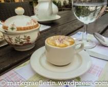 Kaffee mit Sahnehäubchen und Rosenzucker