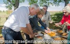 Hans-Peter kümmert sich darum, dass die Salami den richtigen Schnitt bekommt