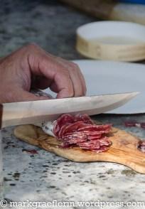...mit scharfem Messer hauchdünn geschnittene Salami