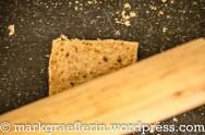 Den Toast mit dem Nudelholz flach rollen ...