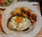 Steak mit Spiegelein und Bratkartoffeln
