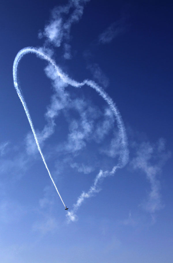 mark jefferies middle east aerobatic display - Photo/Hasan Jamali