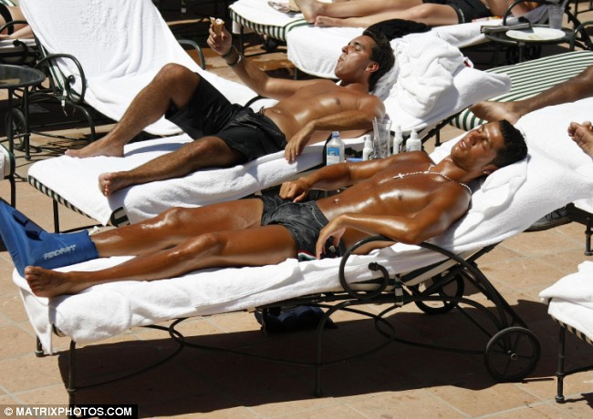 ronaldo-sunbathing