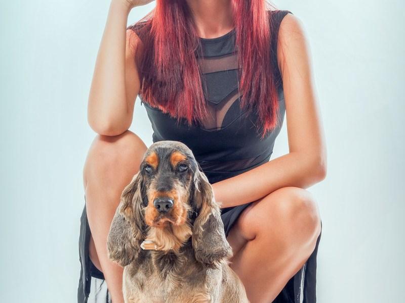 Model Bella Petz in Dessous und mit Hund