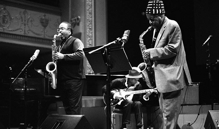 I could be wrong but I think Jameel Moondoc assembled this band, it wasn't clear -- November 13, 2016 for Connie Crothers Memorial at Roulette ---- It struck me as the perfect foil for his work: Ras Moshe (tenor), Felice Rosser (electric bass), Reggie Sylvester (alto), On Ka'a David (guitar), and Jameel on alto -- photo by Mark Weber