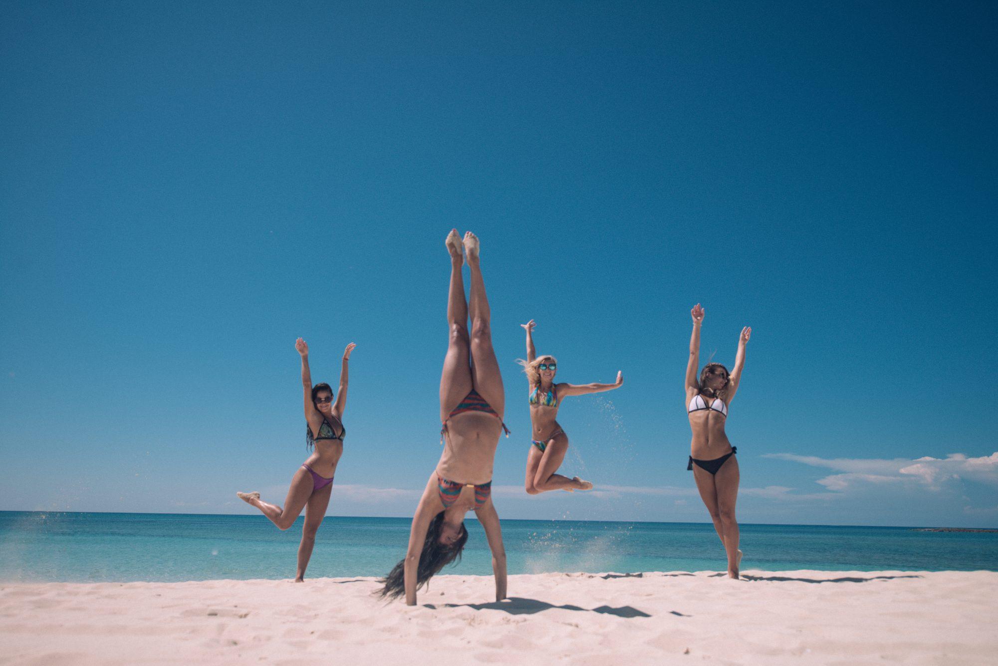 ビーチで楽しむ女性