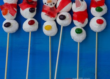 How cute are these Donut Snowman Pops? A simple holiday edible craft you can make with the kids. Ingredients are easy to find and these come together quickly for any winter celebration. MarlaMeridith.com