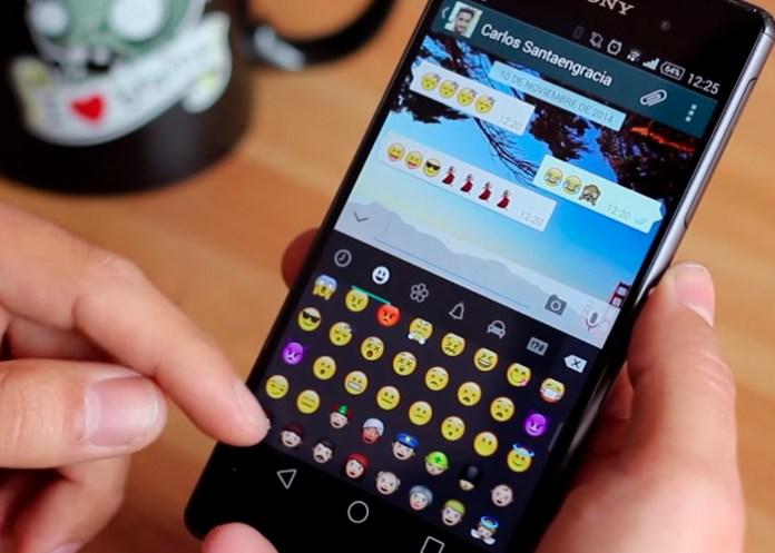 La imagen tiene un atributo ALT vacío; su nombre de archivo es emojis-celular.jpg