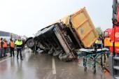 Tırlar ve kamyonların çarpıştığı zincirleme trafik kazasında 4 kişi yaralandı