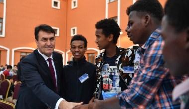 Dündar, 58 ülkeden öğrencilerle iftar yaptı