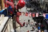 Örümcek adamların İstiklal Caddesindeki gösterisi ilgiyle izlendi