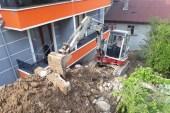 7 binanın boşaltılmasına neden olan duvar yeniden yapıyor