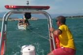 Burhaniye'de denizde arızalanan teknede mahsur kalanları itfaiye kurtardı