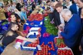 Binali Yıldırım'a Bahçelievler'de salı pazarında yoğun ilgi