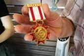 Bulduğu madalyayı teslim etti