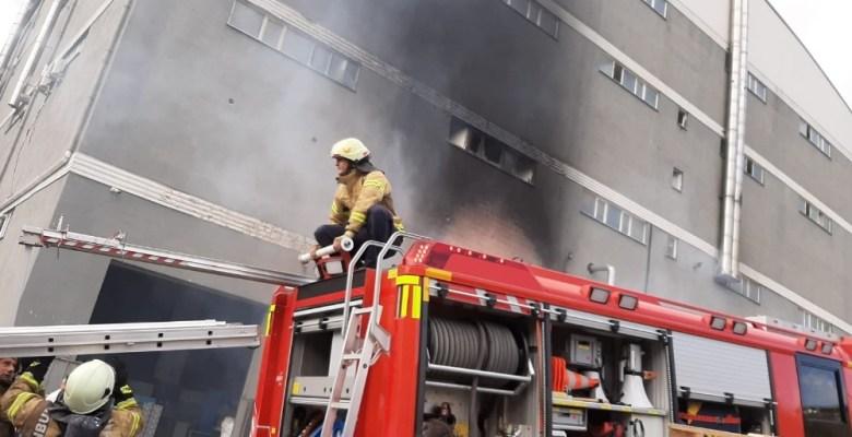 Hadımköy'de bir plastik fabrikası alev alev yandı