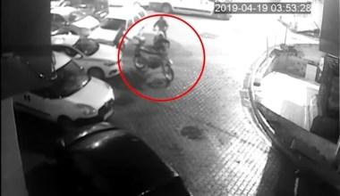 Mavi eldivenli motosiklet hırsızları güvenlik kamerasına yakalandı