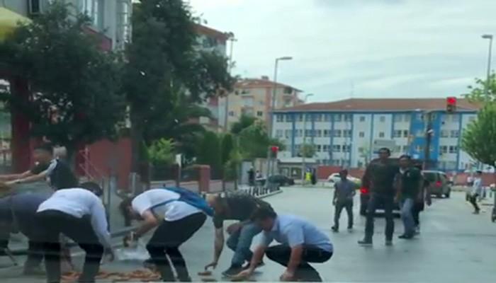 (Özel) Başında taşıdığı simitleri düşüren simitçinin yardımına vatandaşlar koştu