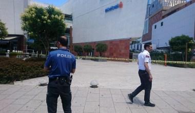 Maltepe'de bir AVM'de bir kişinin çalışanı rehin alındığı iddia edildi